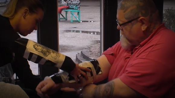 Laura en Joey mogen tatoeëren