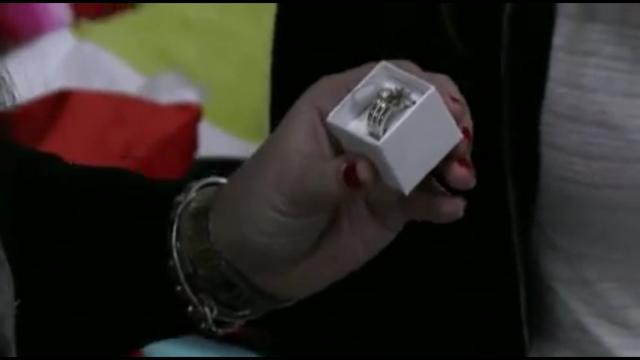 Charlotte krijgt een ring van Laura