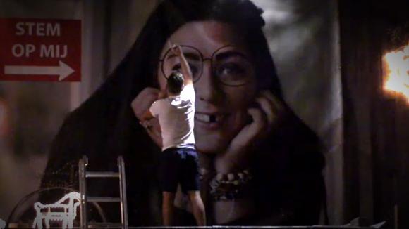 Joey saboteert spandoek van Charlotte