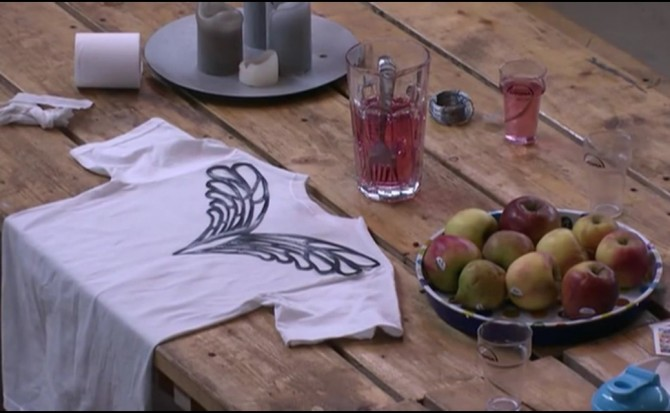Patrick is bezig met het maken van een shirt