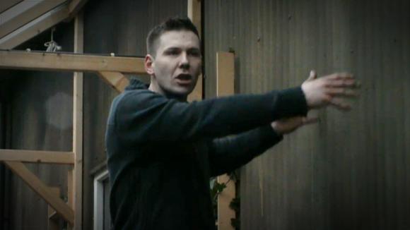 Chris flipt om de openhaard