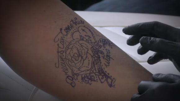 Laura zet tatoeage