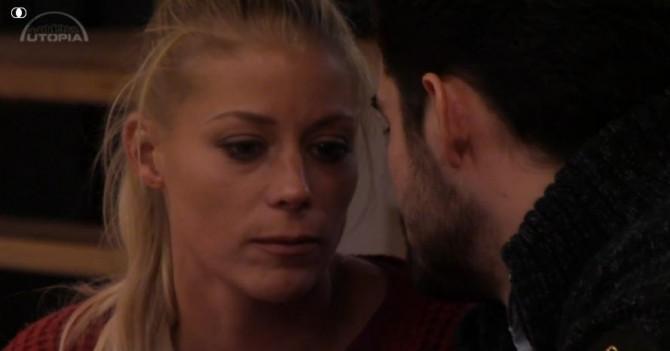 Nicole leest aan Ivan haar afscheidsbrief voor