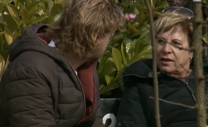 Tineke praat met Giorgio