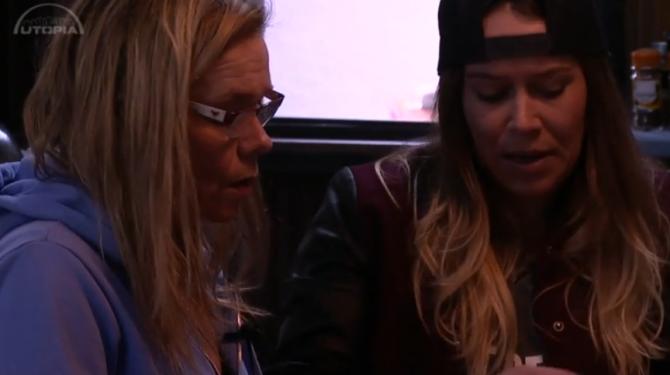 Tineke is nep volgens Colinda en Laura