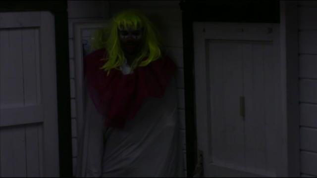 Joey laat B&B gast schrikken verkleed als clown