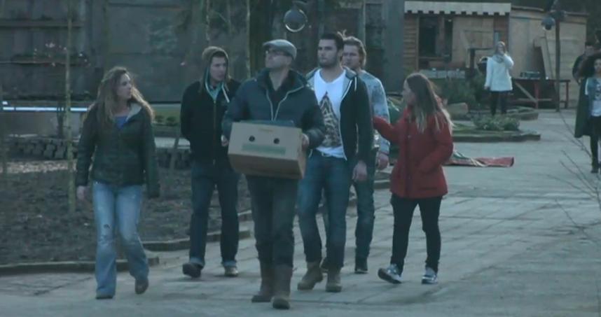 ---- patrick met doos en inwoners