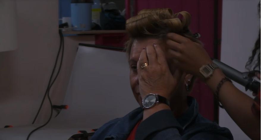 Tineke haar haren worden gedaan