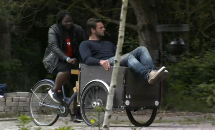 Gabriëlle fietst Joey weg