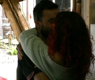 Mark en Gina zoenen