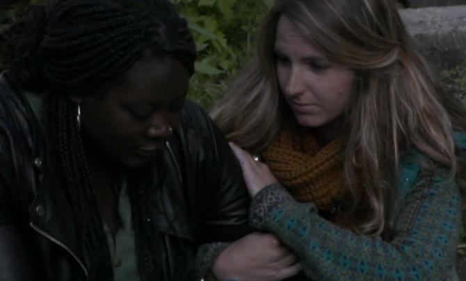 LauraB vertelt Gabriëlle dat ze vertrekt