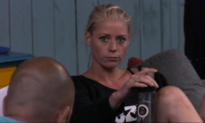 Nicole ergert zich aan Naomi