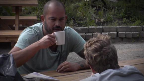 Rob geeft advies aan Benjamin