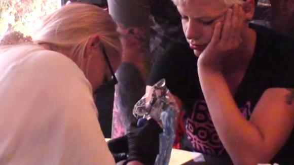 Gabriëlle boos omdat Stefanie een tattoo heeft laten zetten