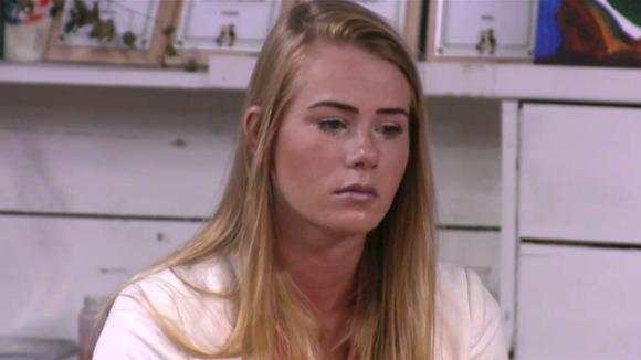Naomi boos en verdrietig