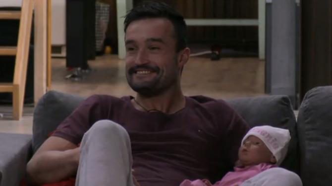 Mark spreekt Rob aan over de Utopia baby
