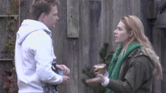 Benjamin en Naomi praten met elkaar