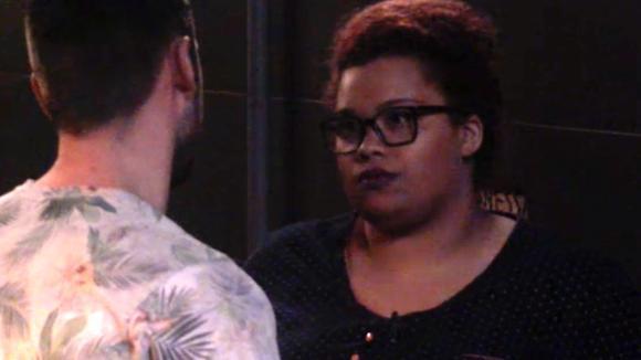 Ramona ergert zich aan Cees