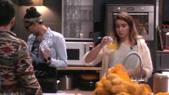 Gina lijkt niet blij met gesloopte keuken