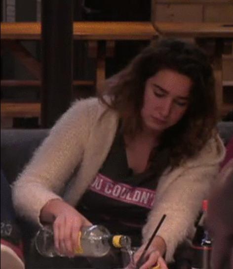 Gina regelt drank bij Cees