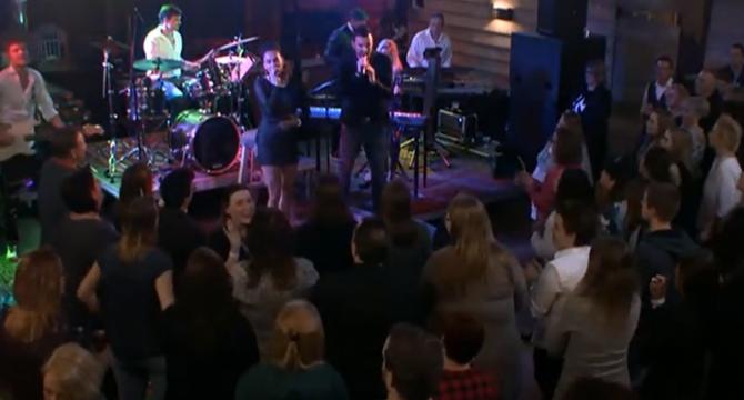 Bekijk het live in de loods concert van Bjorn en Rowena