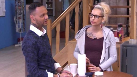 Victoria geeft advies aan Michael