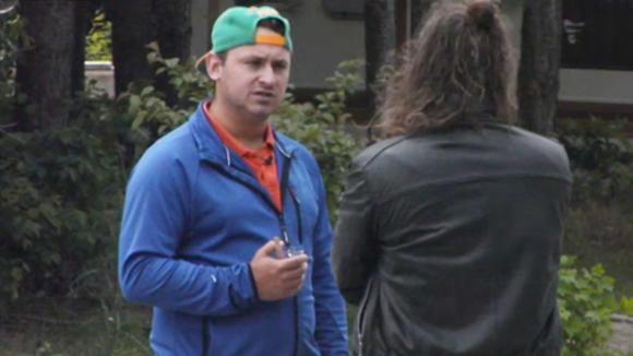 Jessie probeert Ruud over te halen op hem te stemmen