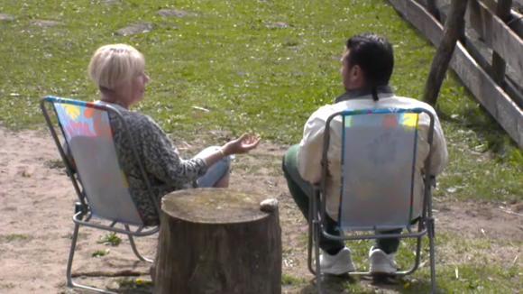 Karin en Jessie praten over de structuur in Utopia