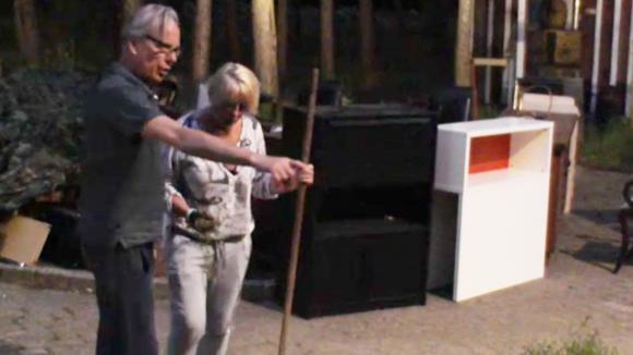 Karin krijgt tuinier les van Cees