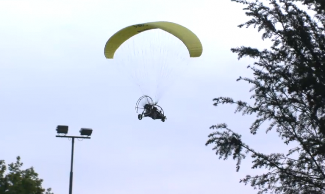 Mark vliegt met een vliegtuigje over het Utopia terrein