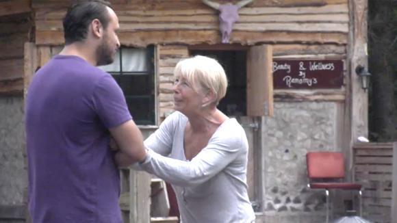 Karin en Jessie praten over het drank referendum