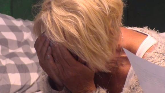 Karin ontvangt slecht nieuws van haar dochter