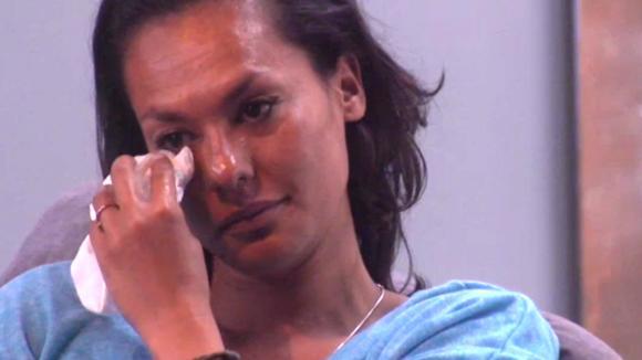 Rowena barst opnieuw in huilen uit