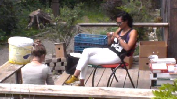 Romy vraagt Rowena raad over het stemmen
