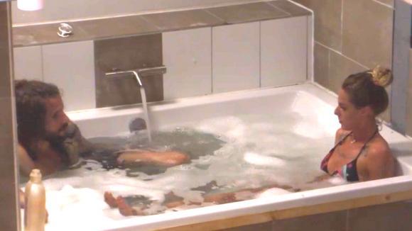 Billy en Ruud nemen samen een bad