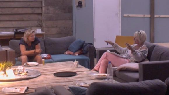 Karin en Rianne praten na over het vertrek van JP