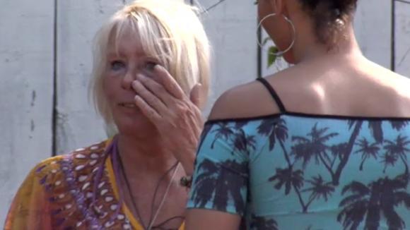 Karin in tranen na een discussie met Bas