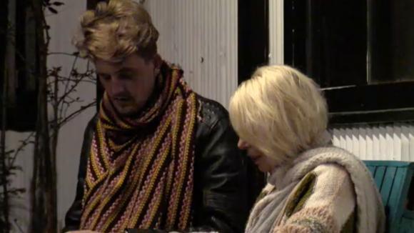 Jacco en Karin bespreken de komst van de potentiële bewoners
