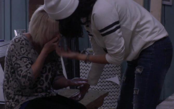 Jessie slaat een tand uit Karin haar mond
