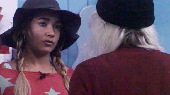 Gina vind dat Jessie niet werkt, hij doet alsof