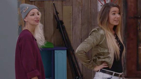 Gina en Victoria vragen hun mede bewoners hoe de eerste werkweek is bevallen