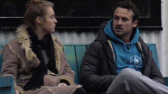 Jessie geeft Romy advies over het communiceren met Cemal