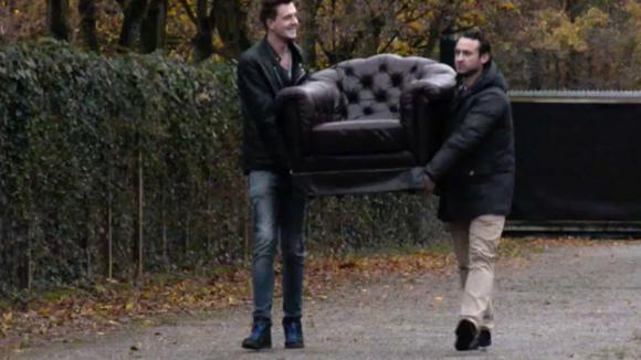 Jessie koopt een luxe Chesterfield stoel
