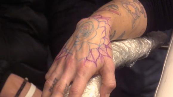Billy krijgt eindelijk een tatoeage van Boyd