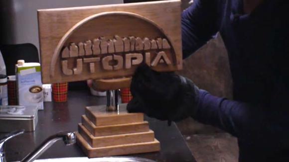 Ruud maakt de Utopiaan van het jaar trofee vies met poep