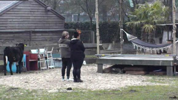 Bas helpt Ramona uit de brand met het openluchttheater