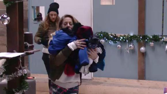 Billy en Karin gooien de spullen van Jessie de loods uit