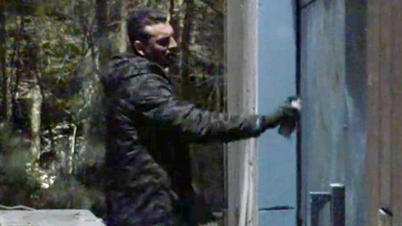 Boyd spuit ongevraagd graffiti op de deur van de loods