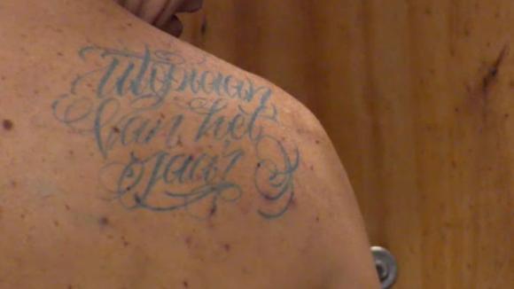 Boyd zet een tatoeage bij Bas