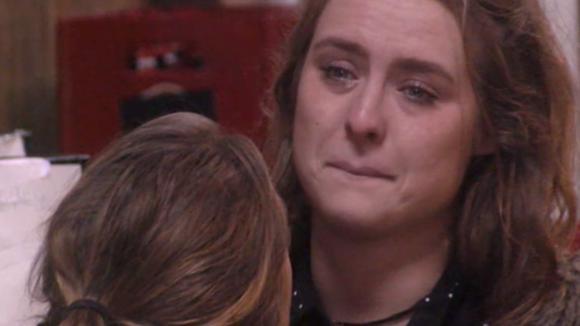 Romy bespreekt huilend met Billy over haar relatieprobleem met Cemal